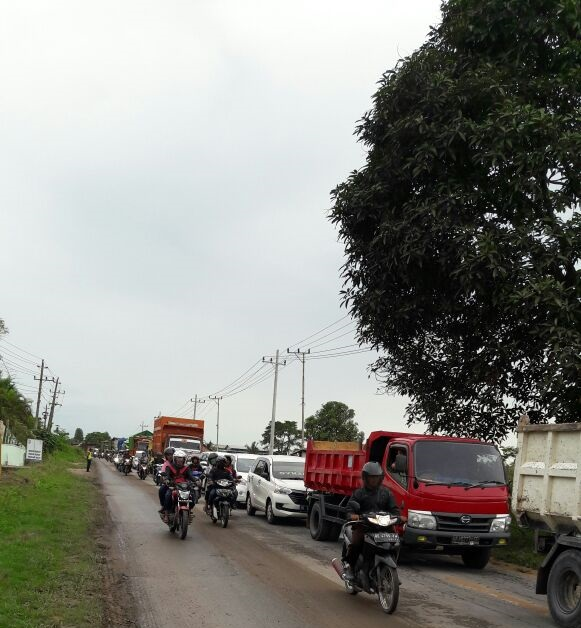 LAMPUNG POST   Ratusan Kendaraan di Jalan Ir Sutami Terjebak Macet