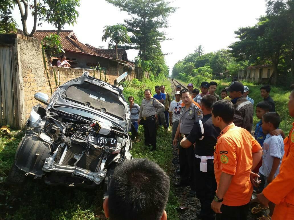 LAMPUNG POST | Mobil yang Ditumpangi Siswa SMPN 2 Bandar Lampung Tertabrak Kereta, 2 Tewas