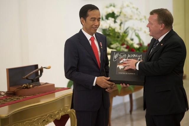 Jokowi Laporkan Piringan Hitam Metallica Pemberian PM Denmark ke KPK
