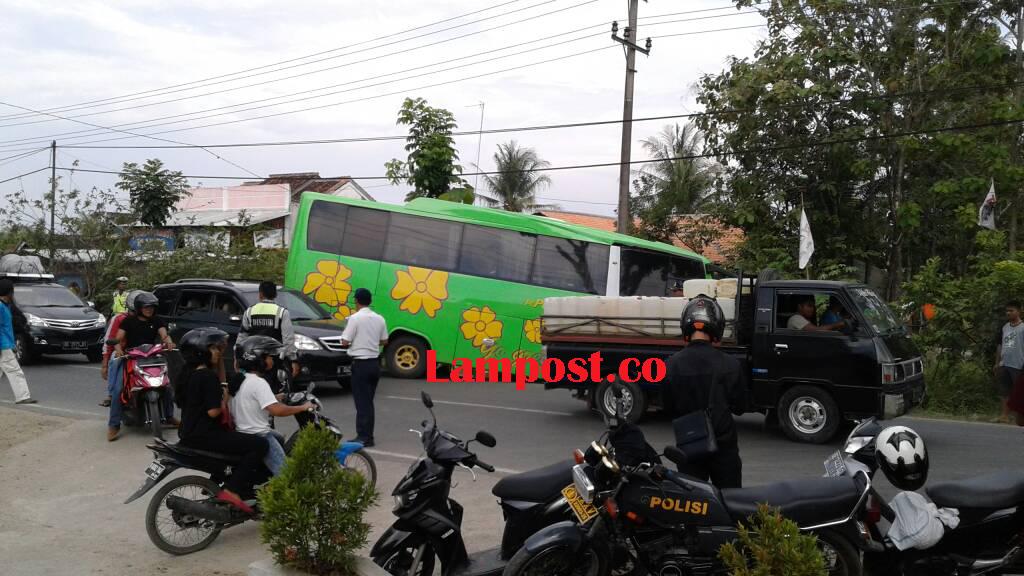 LAMPUNG POST | Patah As Roda, Bus Nyungep di Jalinbar Fajaresuk
