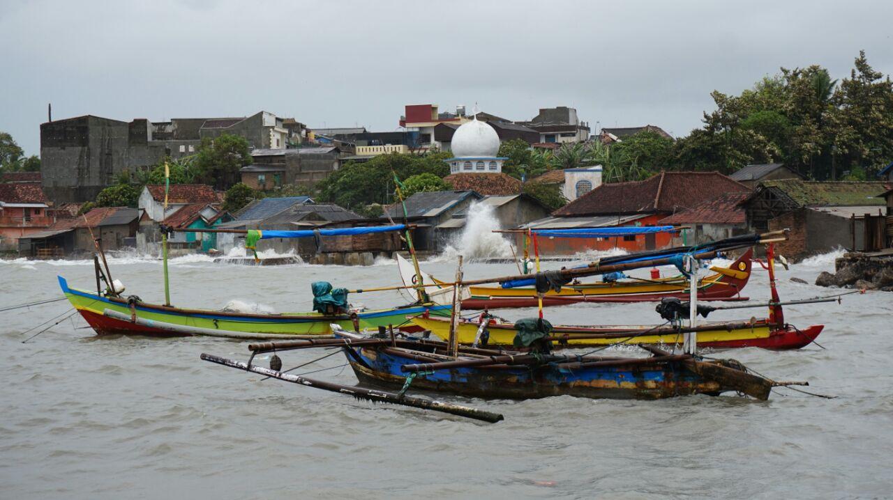 LAMPUNG POST | Gelombang Tinggi, Nelayan di Kalianda Tak Melaut