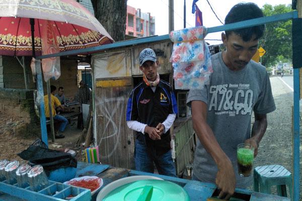 LAMPUNG POST | Impian Sukses Dayat Penjual Es Dawet