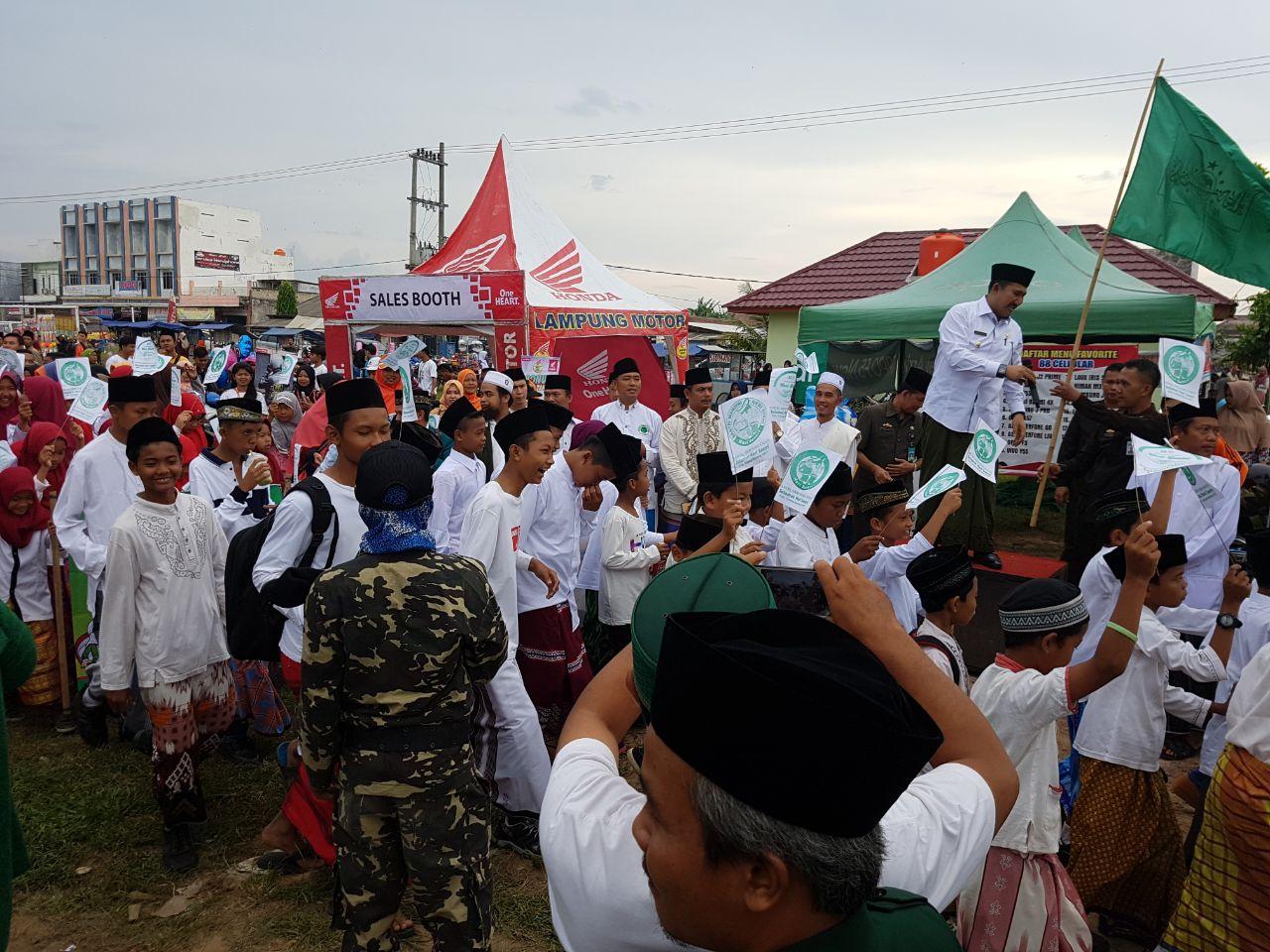 LAMPUNG POST | Ribuan Santri Ikuti Jalan Sehat yang Dibuka Wakil Bupati Tulangbawang