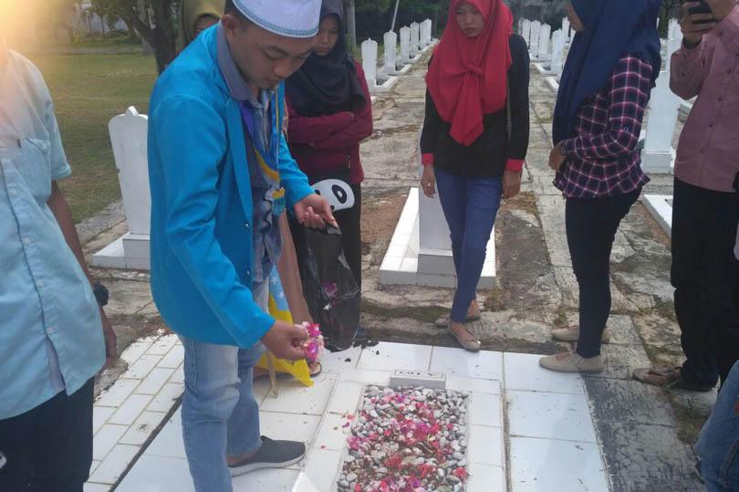 LAMPUNG POST | PMII Darmajaya Tabur Bunga di Taman Makam Pahlawan