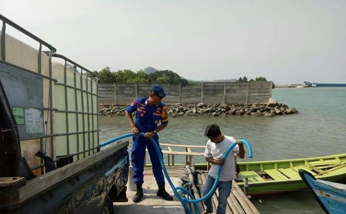 LAMPUNG POST | Satpolair dan Perahu Pustka Bantu Air Bersih ke Warga Pulau Rimau