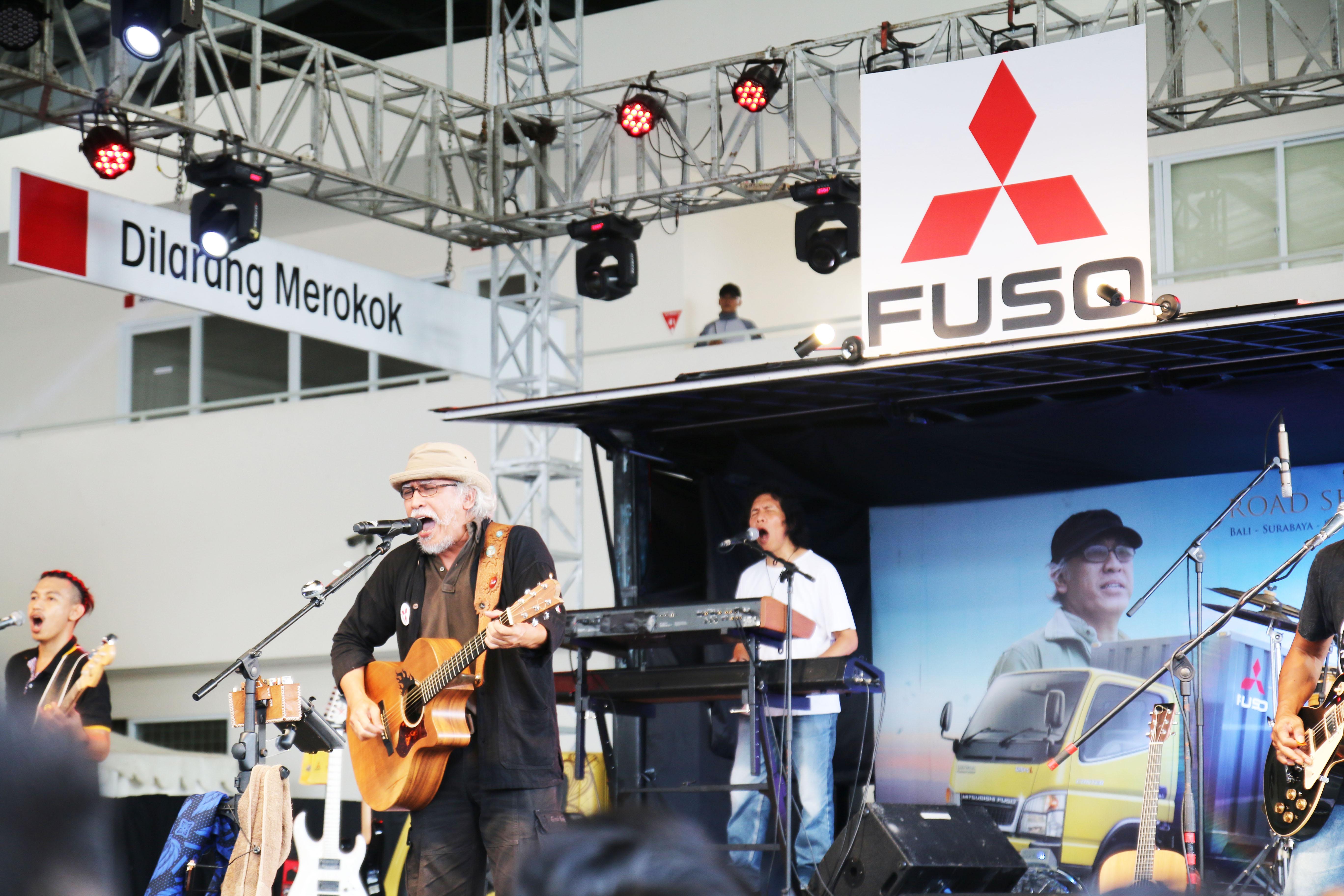 LAMPUNG POST | Mitsubishi Fuso-Iwan Fals Gelar Roadshow di Serang