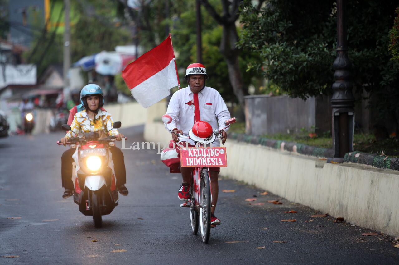 LAMPUNG POST | Ditemani Sepeda Ontel, Damin Keliling Indonesia