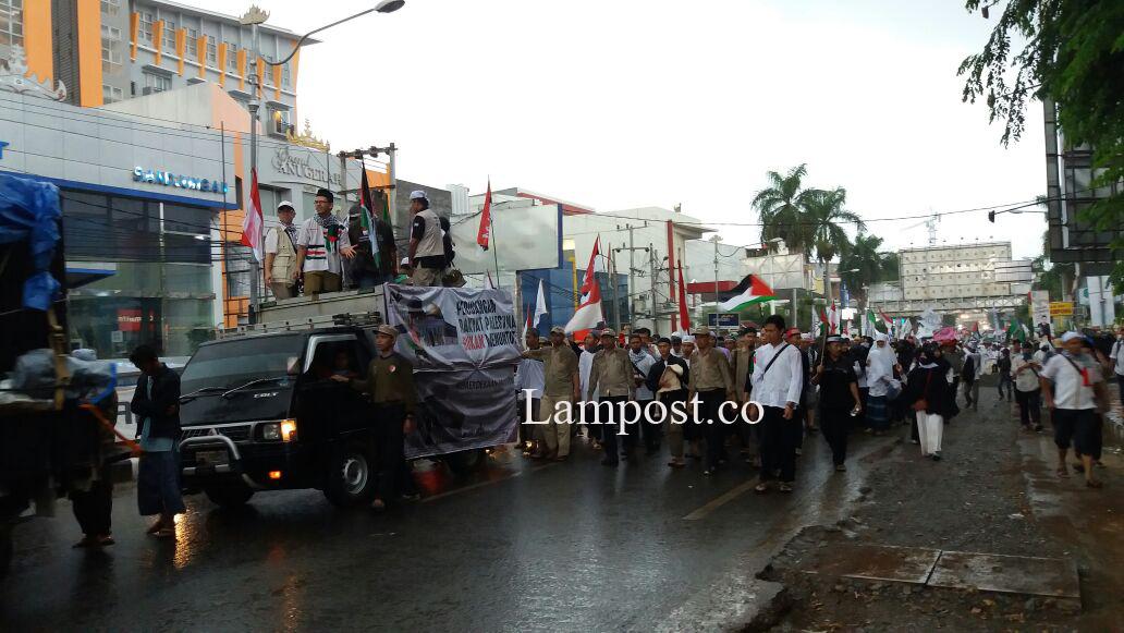 Di Bawah Guyuran Hujan Aksi Bela Palestina Terus Berlangsung