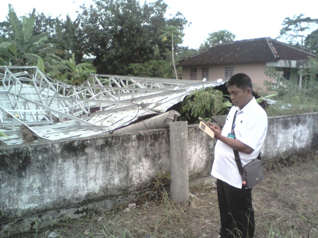 LAMPUNG POST | Atap Podium Olahraga di Banjarbaru Terbang Terbawa Angin