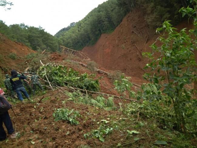 LAMPUNG POST | Hujan, Proses Evakuasi Longsor Brebes Dihentikan Sementara