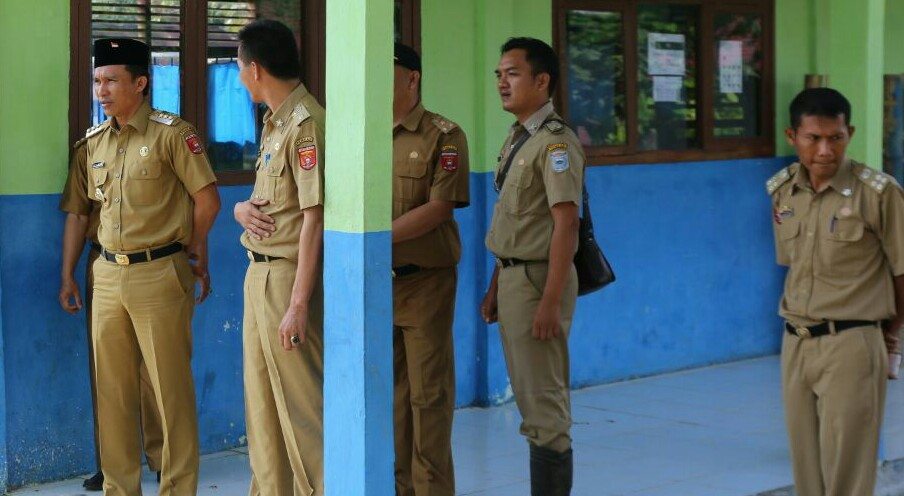 LAMPUNG POST | Bupati Parosil Tinjau UNBK SMP di Suoh