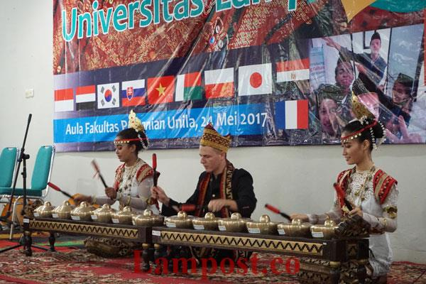 LAMPUNG POST | Mahasiswa Asing Unila Pentaskan Budaya Lampung