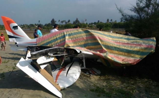 LAMPUNG POST | Pesawat Gubernur Aceh Mendarat Darurat di Pantai