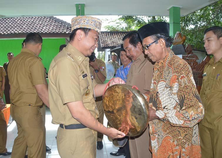 Lestarikan Budaya Lampung, Bupati Agung Serahkan Kulintang