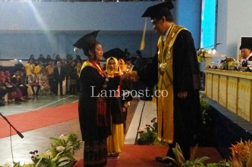 LAMPUNG POST | Unila Wisuda 1.065 Mahasiswa, Ini Pesan Rektor