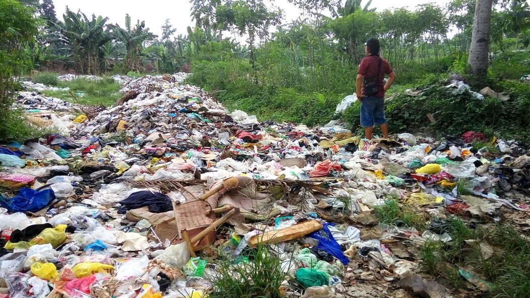 LAMPUNG POST | Bau Sampah Menyengat, Warga Blokir Jalan ke TPS