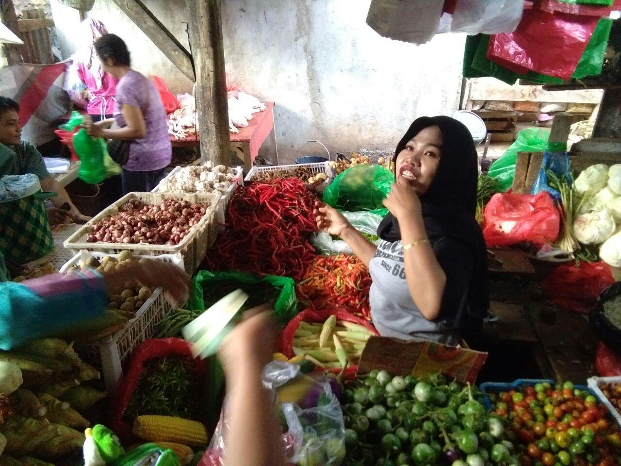 Harga Cabai Merah di Pasar Tempel Rajabasa Meroket