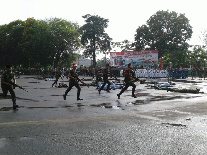 LAMPUNG POST | HUT TNI Diawali Penampilan Teater Sosial Kolosal