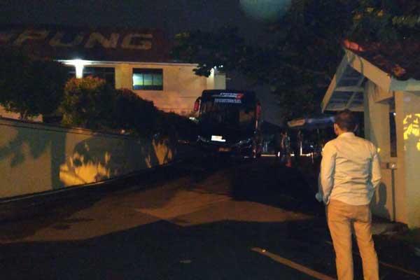 LAMPUNG POST | KPK Bawa Terduga OTT di Lampung ke Jakarta Pakai Bus?