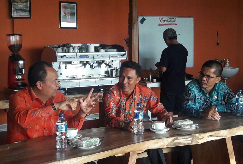 LAMPUNG POST | Bupati Lambar Kunjungi Pengolahan Kopi Kintamani Bali
