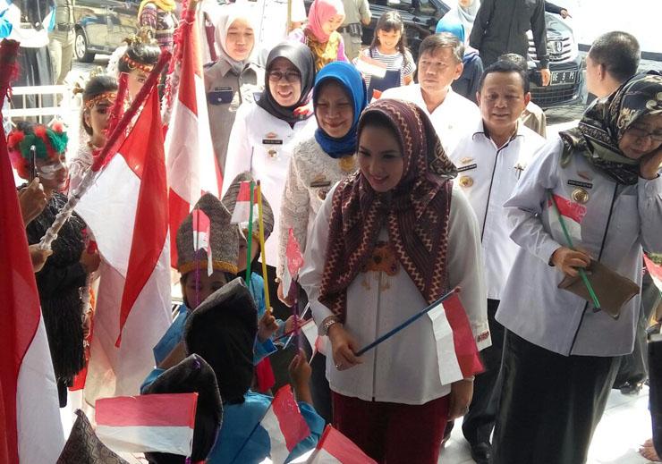 LAMPUNG POST | Yustin Resmikan Bioskop Sanak Lampung