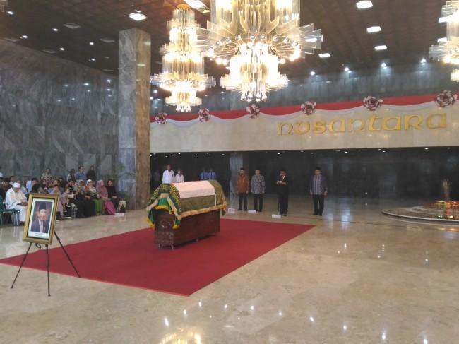 LAMPUNG POST | Jenazah AM Fatwa Dilepas Pimpinan DPR dan MPR