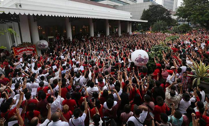 LAMPUNG POST | Ribuan Warga Nyanyikan Indonesia Raya di Balai Kota