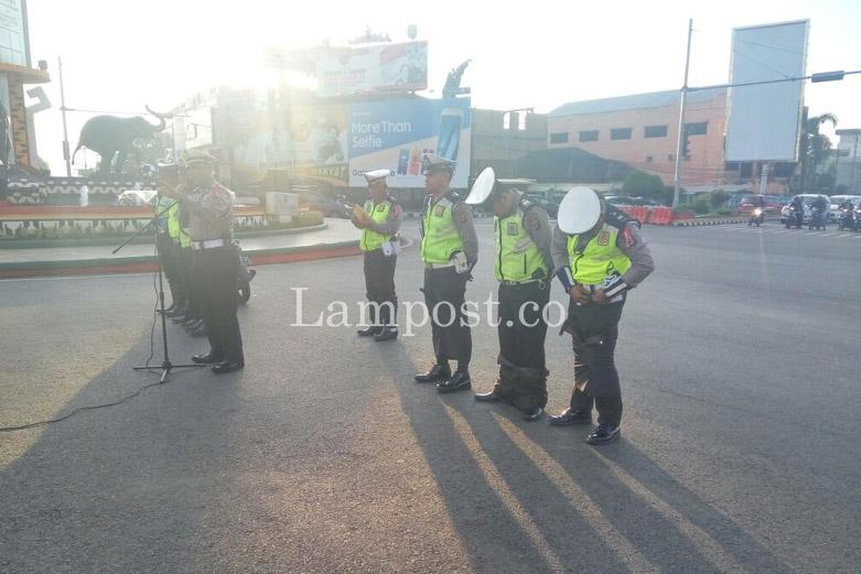 LAMPUNG POST | Tiga Polantas Dihukum Kenakan Rok, Ini Penyebabnya