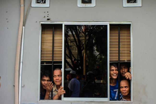 LAMPUNG POST | 137 Tahanan Kabur dari Rutan Pekanbaru Masih Buron