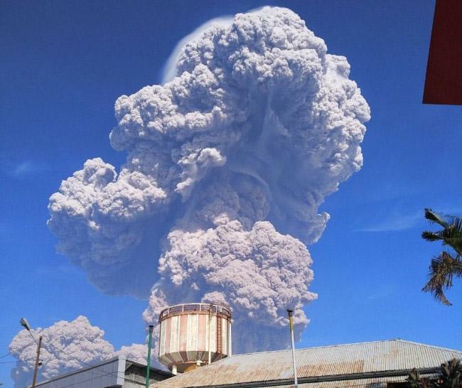 LAMPUNG POST | Gunung Sinabung Meletus, 8 Kecamatan Tertutup Debu Vulkanik
