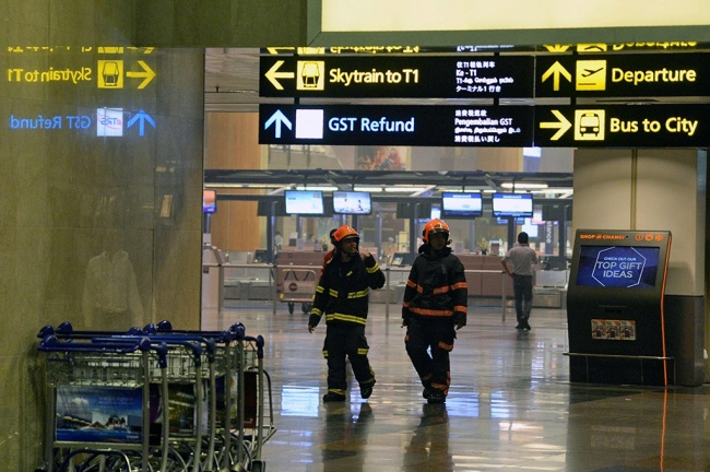 LAMPUNG POST | Terminal 2 Bandara Changi Singapura Terbakar, Penumpang Dievakuasi