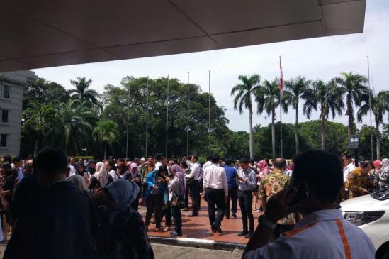 LAMPUNG POST | Gempa Banten, Pegawai Kantoran di Jakarta Berhamburan ke Jalan