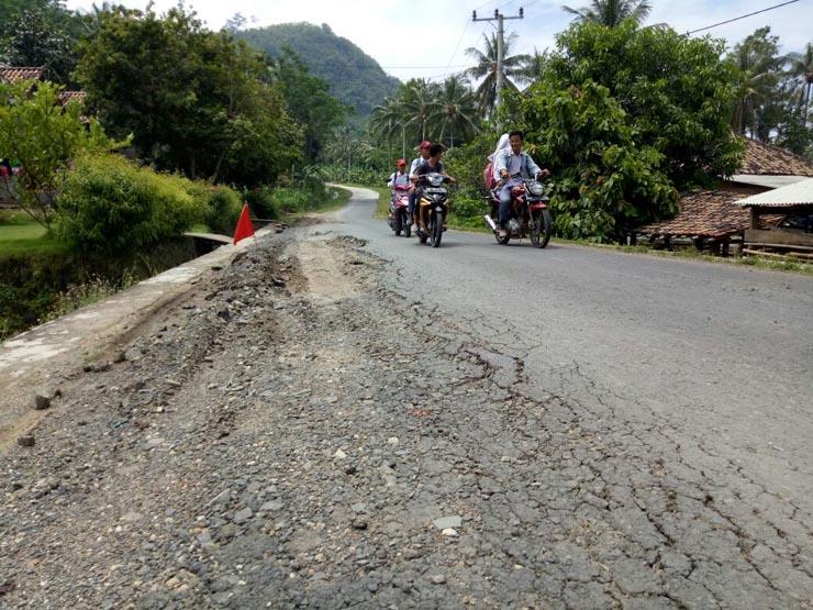 Warga Keluhkan Kondisi Jalan Rusak Akibat Dilalui Mobil Tambang