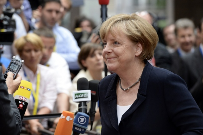 LAMPUNG POST | Kanselir Merkel Kirim Sinyal Kuat ke Rival