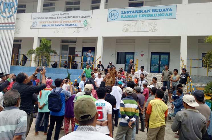 LAMPUNG POST | Puluhan Warga Kelawi Datangi Kantor PT PP Persero Tuntut Ganti Rugi