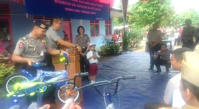 LAMPUNG POST | Kapolda Bagi-bagi Sepeda di SDN 01 Wargaindah Jaya Banjaragung