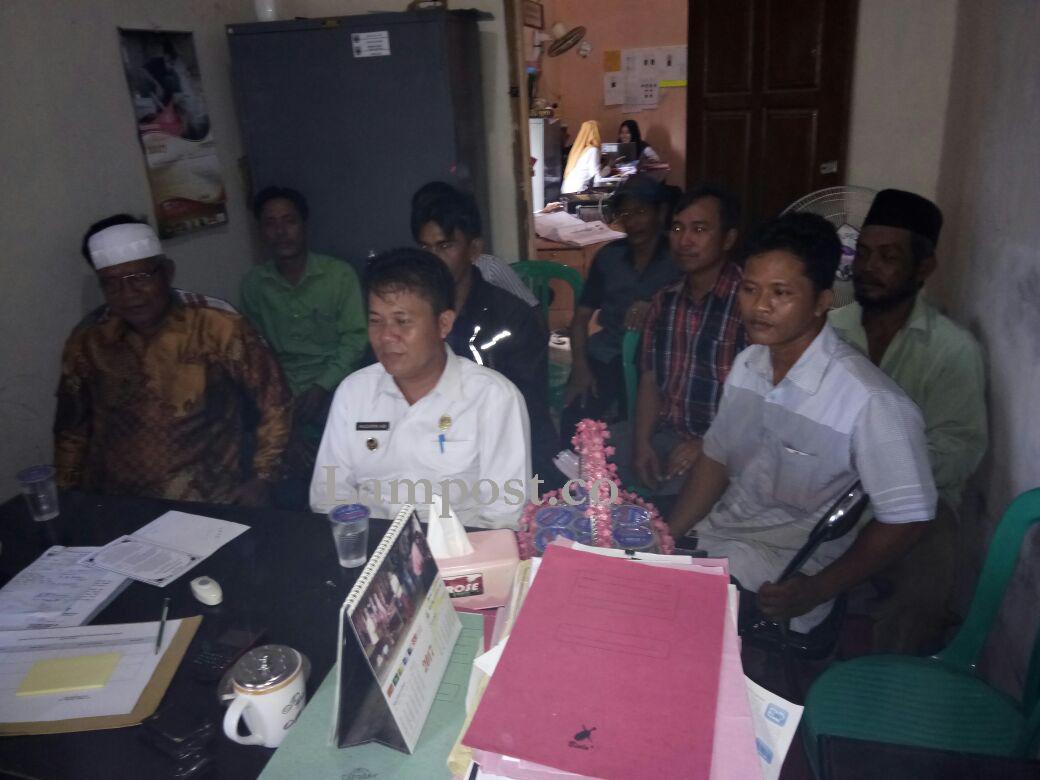 LAMPUNG POST | Aparat dan Warga Pekon Negeriratu Ngambur Penuhi Panggilan Inspektorat