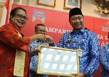 Bupati Lampura Terima Penghargaan Pendidikan Nasional