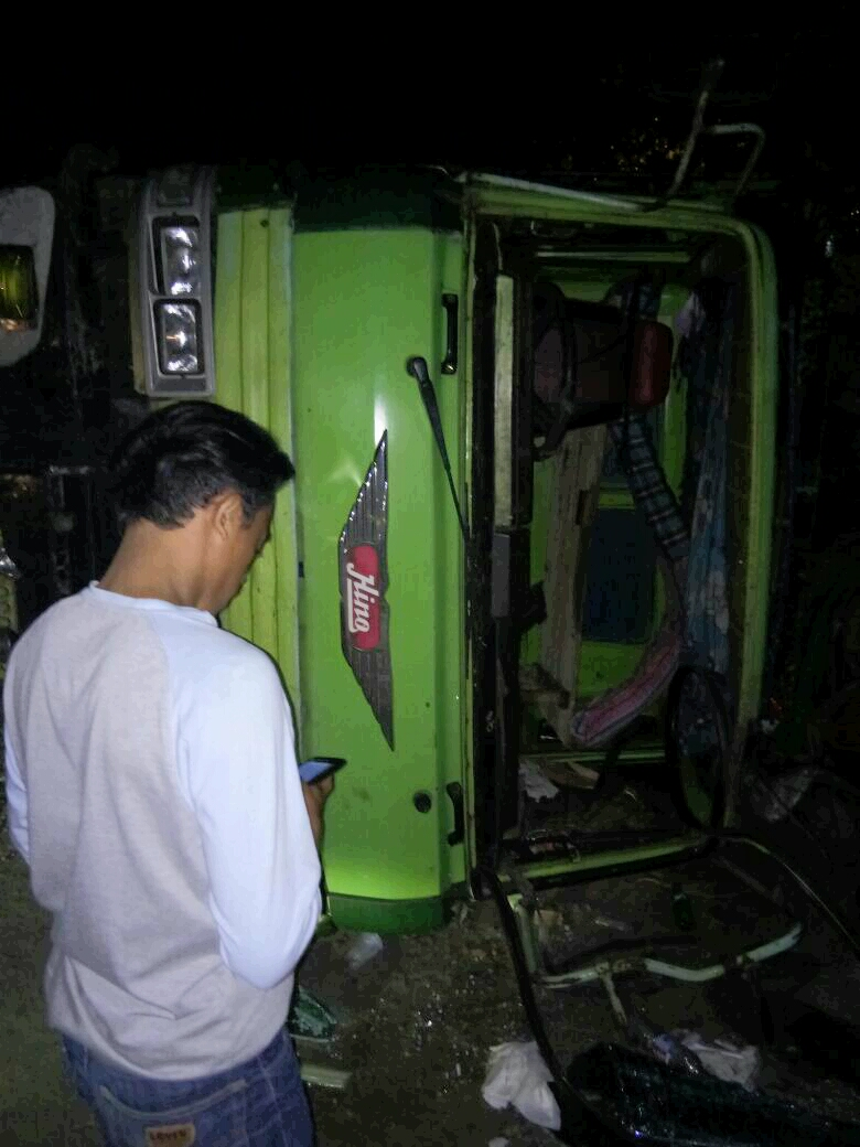 LAMPUNG POST | Pecah Ban, Truk Muatan Kayu Terguling di Natar