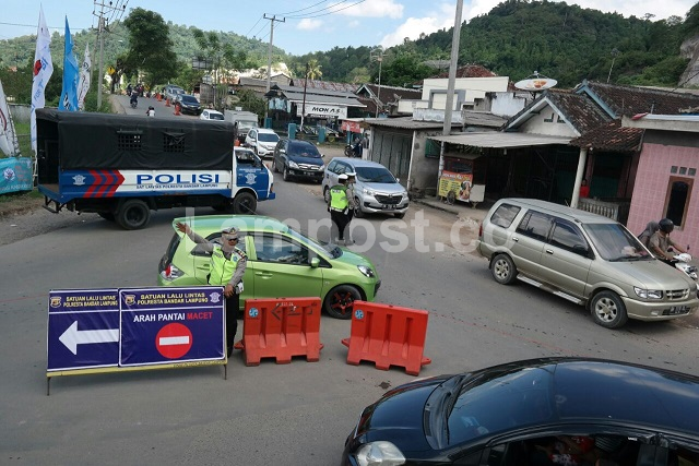 LAMPUNG POST | Polisi Rekayasa Buka-Tutup Jalan Menuju Pantai Pesawaran