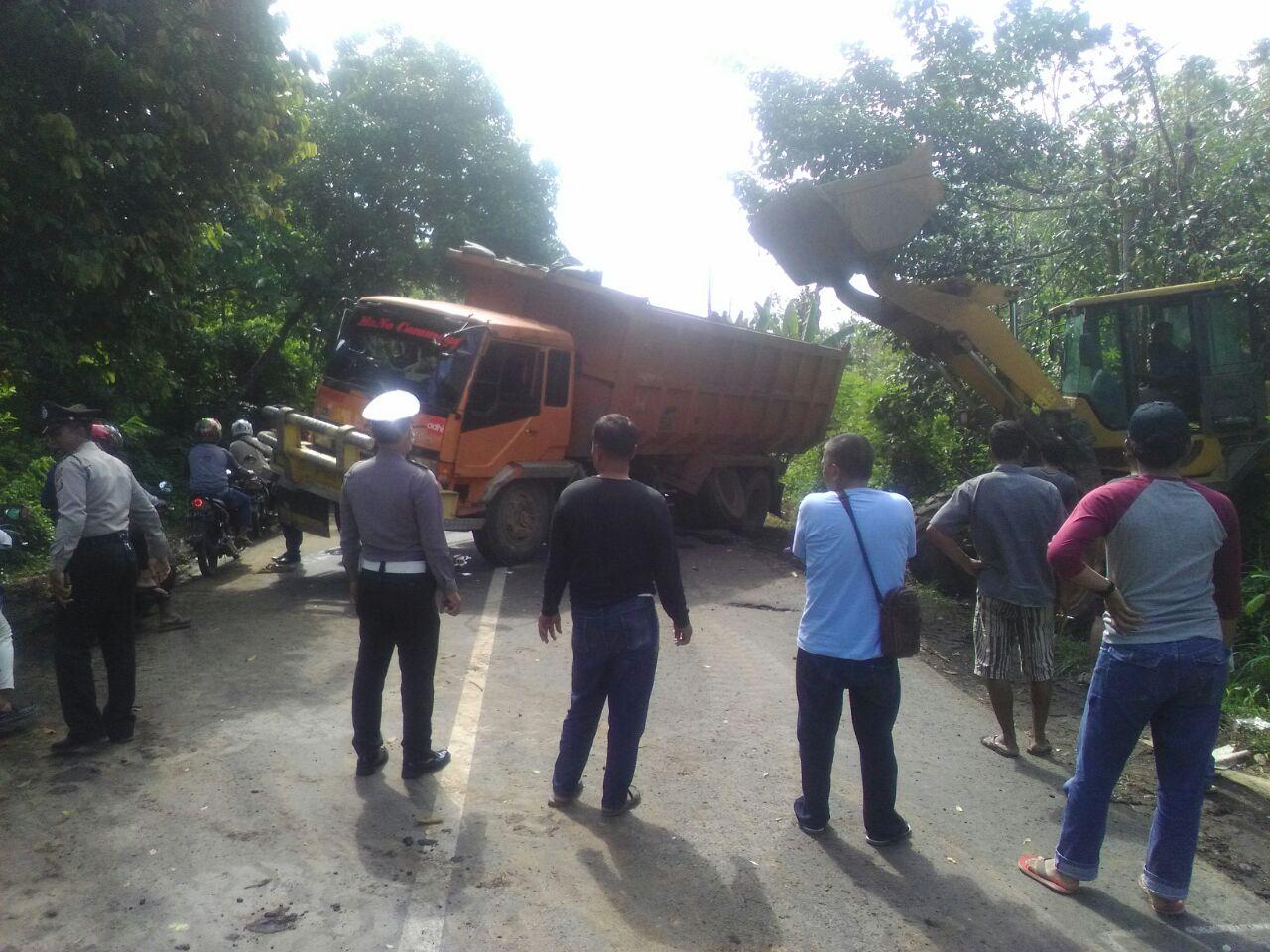 Pecah Ban dan Patah As, Truk Fuso Melintang di Jalinteng Sumatera