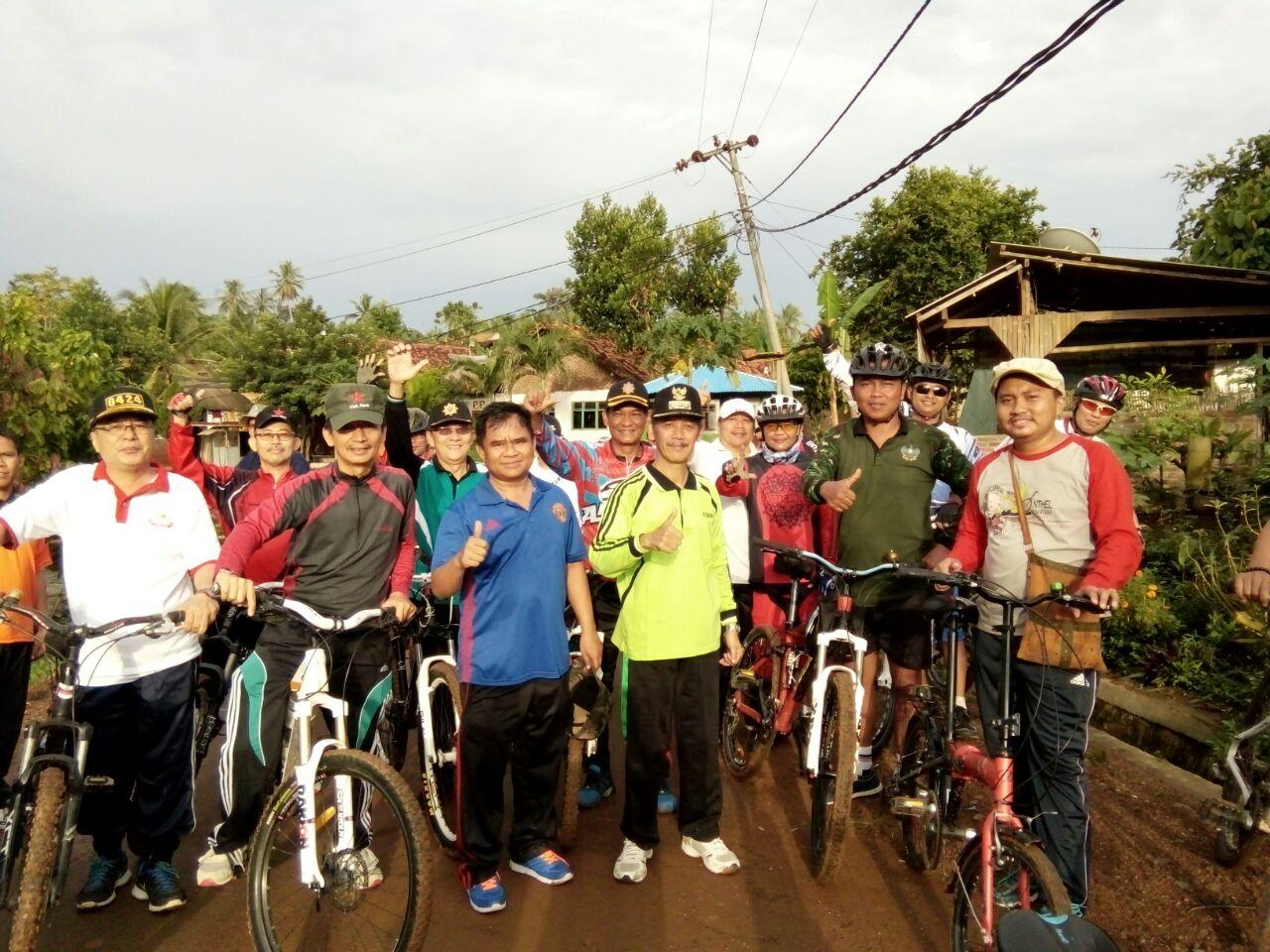 LAMPUNG POST | Bupati Sujadi Keliling Pekon dengan Bersepeda