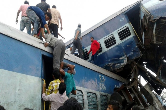 LAMPUNG POST | 8 Gerbong Kereta Api Anjlok di India, 23 Orang Tewas