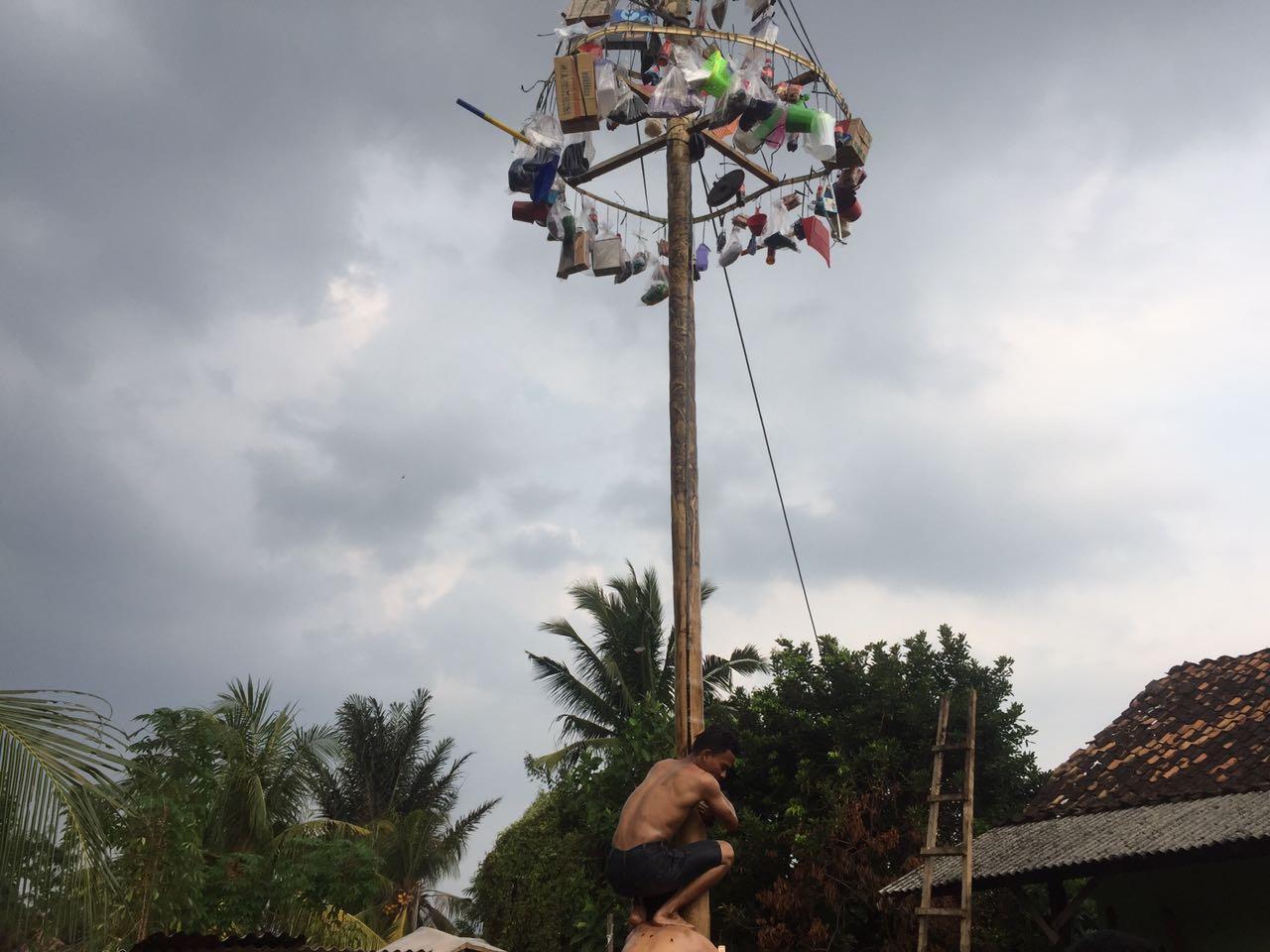 LAMPUNG POST | Warga Kelurahan Antasari Antusias Ikut Panjat Pinang