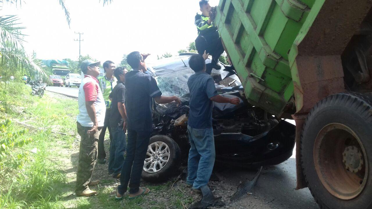 LAMPUNG POST | Mobil Dinas BLHD Tulangbawang Bertabrakan dengan Truk