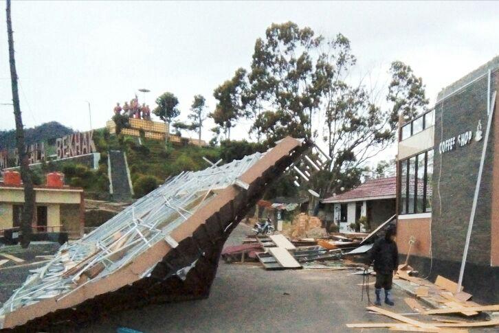 LAMPUNG POST | Angin Kencang Terjang Lambar, Gedung di Rest Area Sumberjaya Roboh
