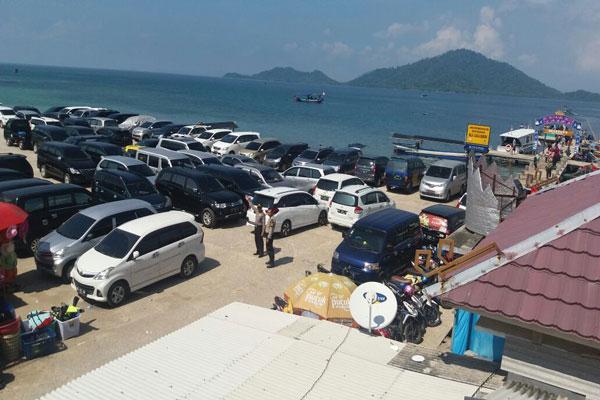 LAMPUNG POST | Pemkab Pesawaran Mulai Tertibkan Wisatawan dan Tarif Parkir di Dermaga Ketapang