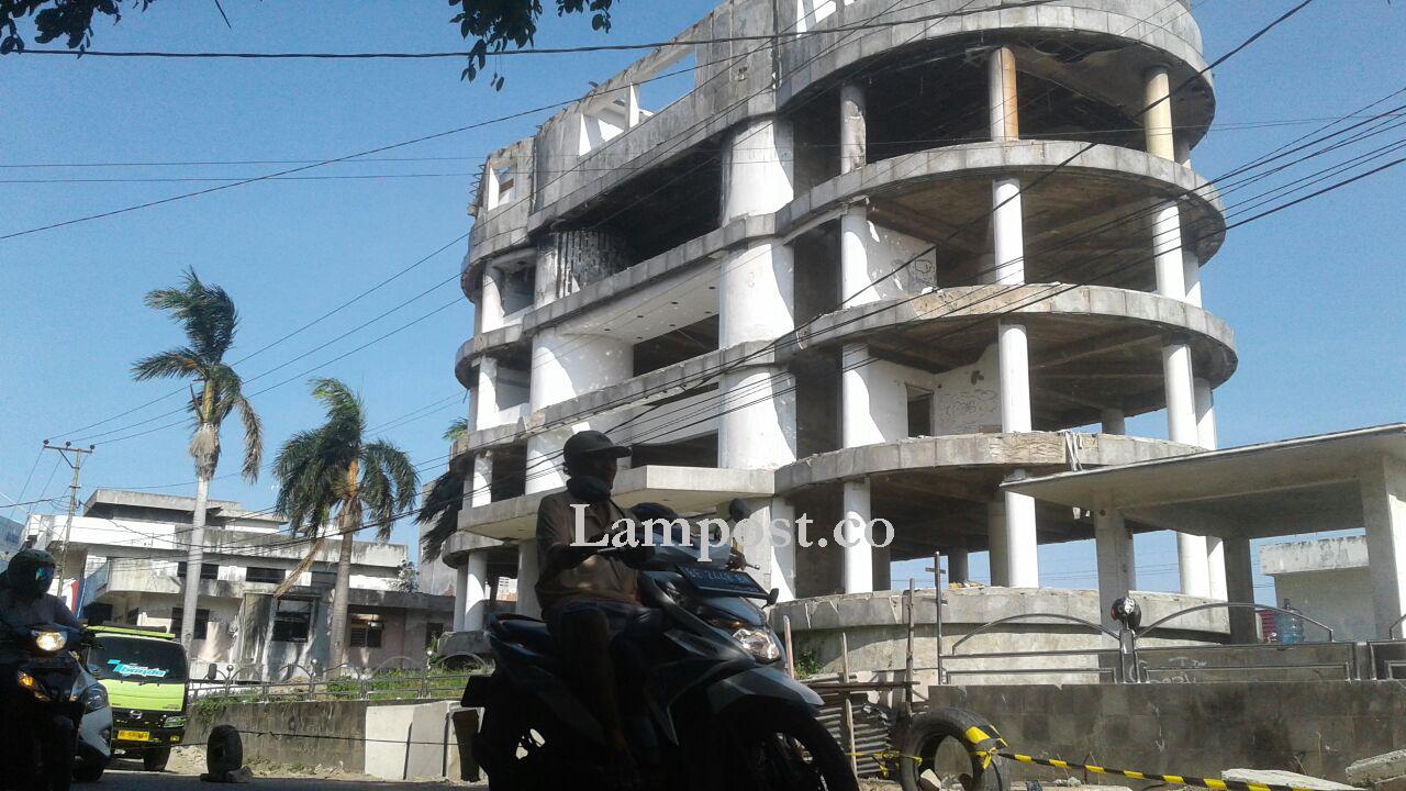 LAMPUNG POST | Bangunan Eks Bank Tripanca Milik Buronan Alay Terbengkalai