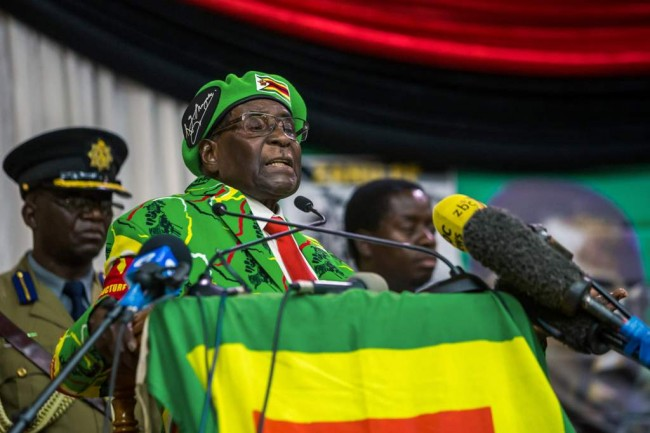 LAMPUNG POST | Kendaraan Lapis Baja Penuhi Jalanan di Ibu Kota Zimbabwe