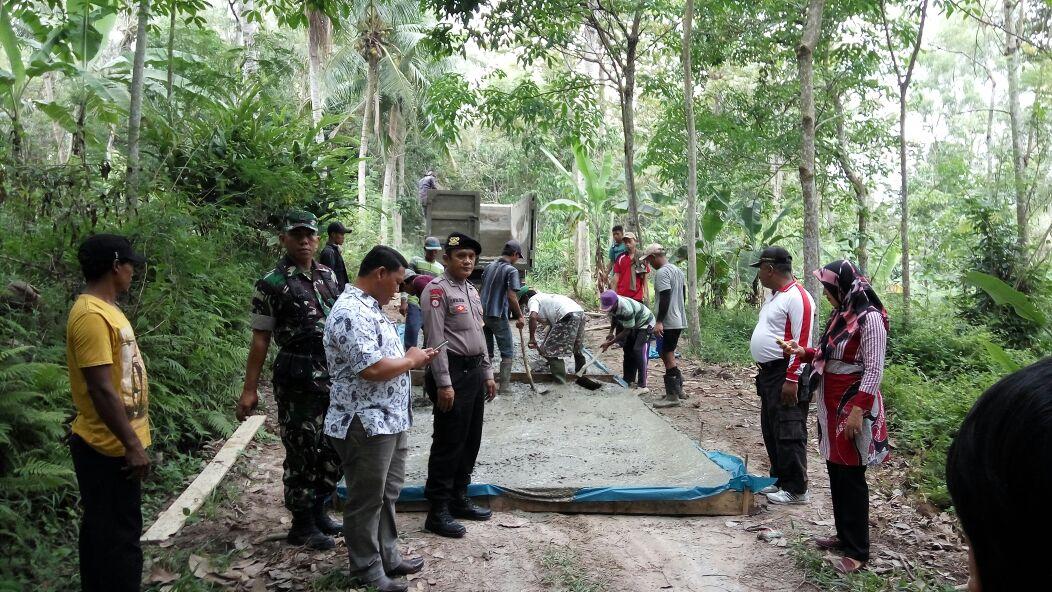 LAMPUNG POST | Pembangunan Jalan Rigid Beton di Desa Sukabakti Dipantau Camat Palas